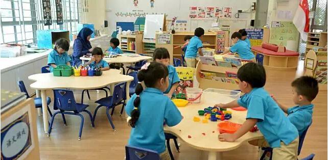 新加坡在近几年成为亚洲教育国家之首,学生的年龄也朝着低龄化趋势发展,许多中国家长送孩子到新加坡读幼儿园。幼儿时期是培养一个人创造力和个性发展的重要时期,新加坡在先进的教育理念指导下,注重培养孩子良好的习惯,强调塑造孩子的社会意识,其教学方式也与欧美接轨。新加坡幼儿教育的方方面面都是值得我们思考和学习的。  下面把中国幼儿园与新加坡幼儿园做了一下对比,具体情况如下: 新加坡幼儿园: 新加坡幼儿园的常识教育采用全国统一的教材,三个年龄班都配有教师用书和幼儿学习用书。它们的主要特点是: 内容广泛,包括自然和社会